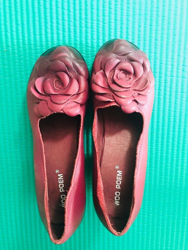 一双绛粉色的驴蹄鞋