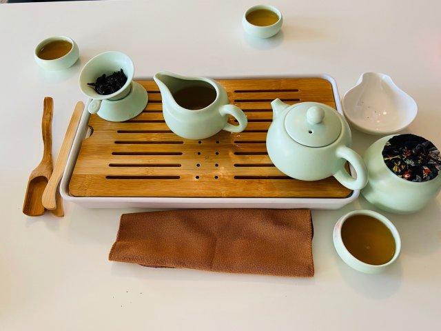 品一盏茶,会三两好友