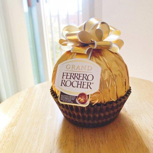 一年一度的巨型费列罗金莎巧克力又来啦!