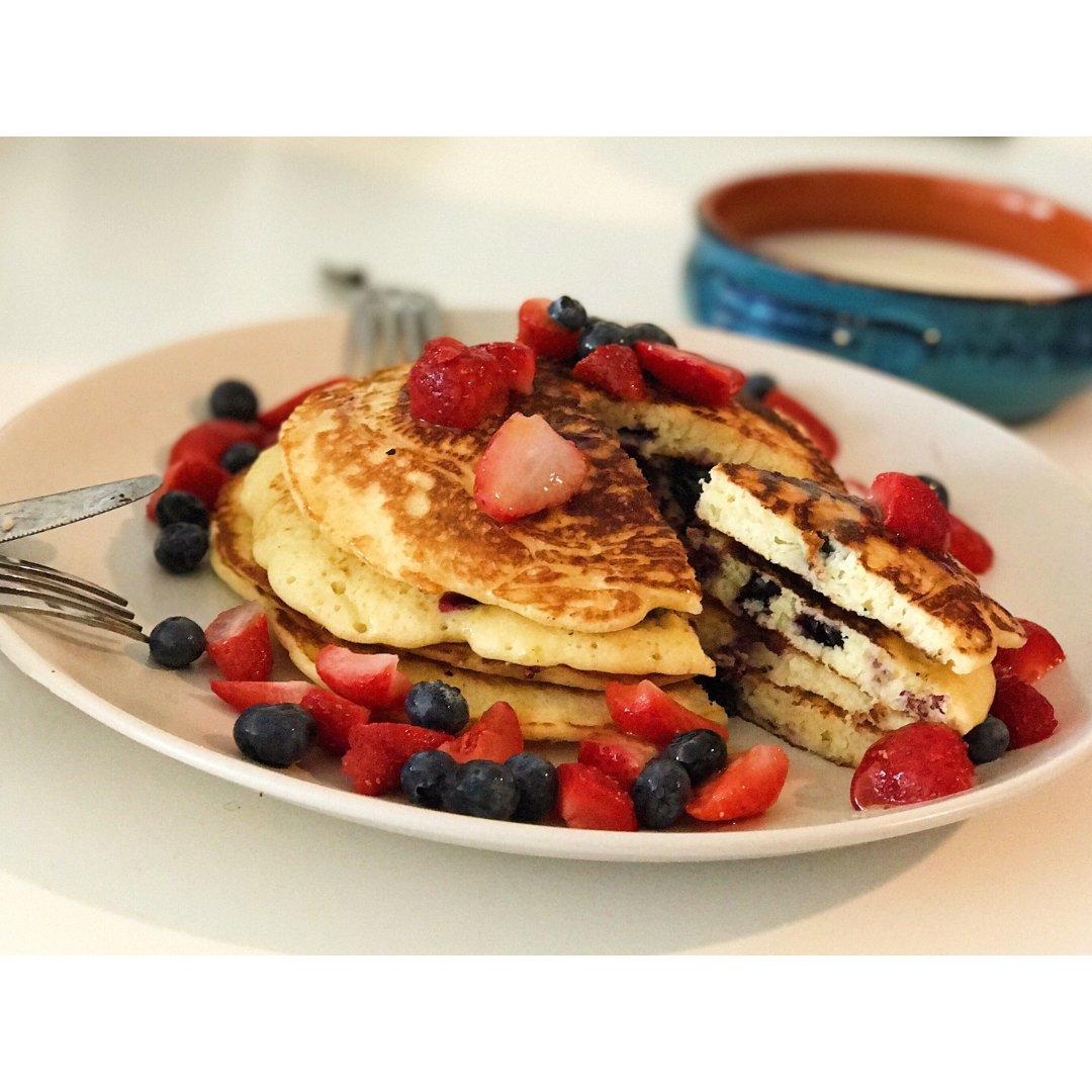 带有蓝莓夹心的香甜pancake ...