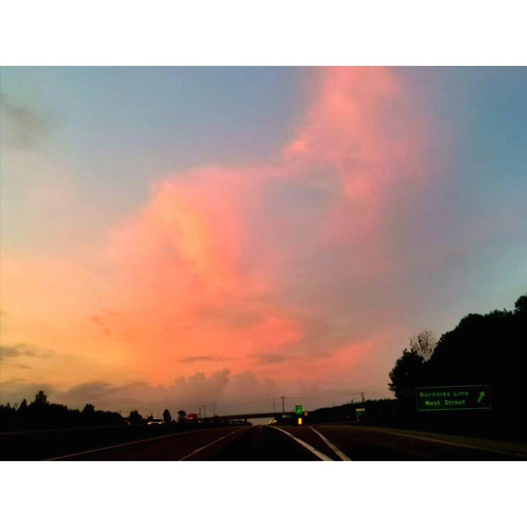 美丽的晚霞和一朵心形的云彩