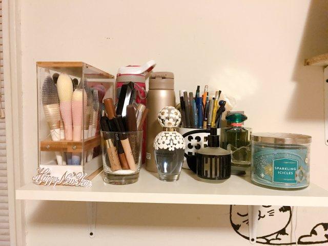 房间一角 化妆刷➕染眉膏➕香水