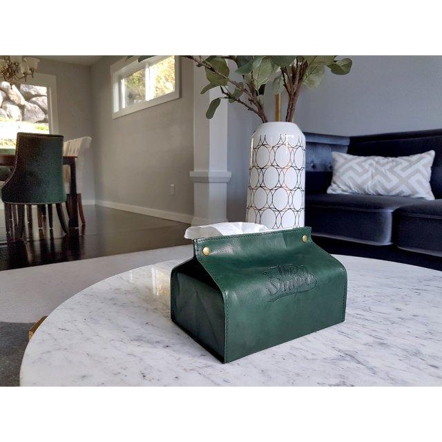 和绿丝绒餐椅完美顺色的皮质纸巾盒