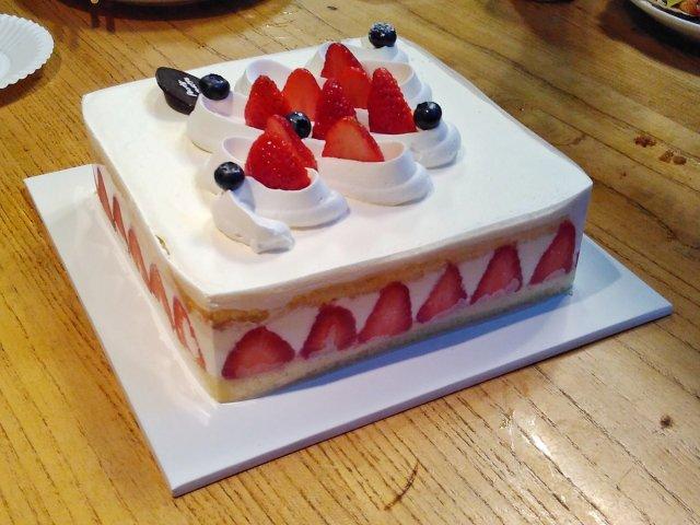 之前朋友过生日时买的草莓蛋糕,现在...