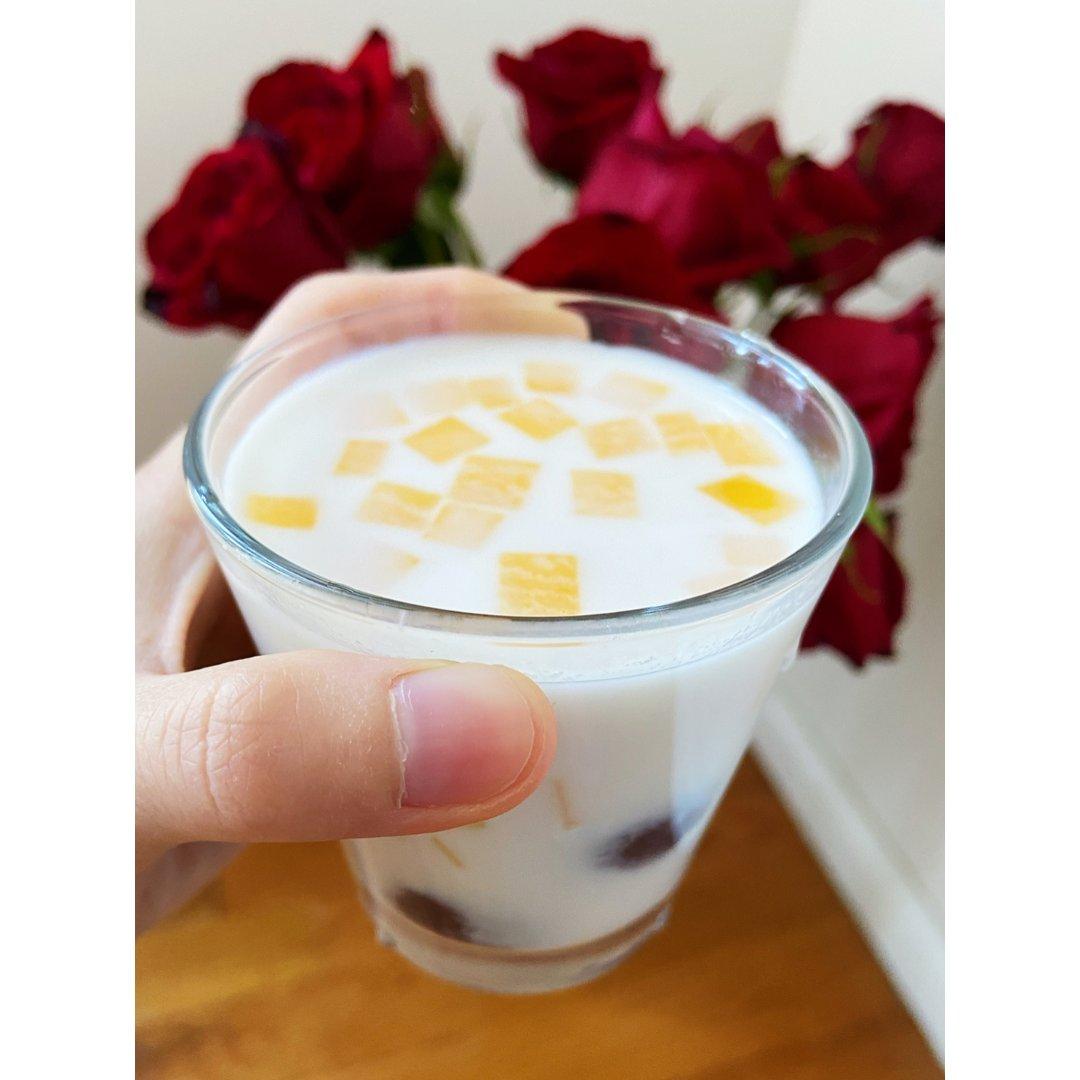 🥭+芋圆+葡萄干+🥛=幸福的味道…...