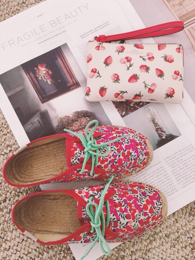 鞋包同一色2️⃣可愛的莓果印花配對🍒