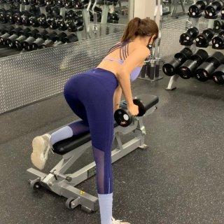 健身房练背 练出性感线条...