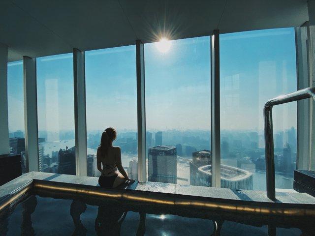 吃喝玩|53层黄浦江景泳池超现代!