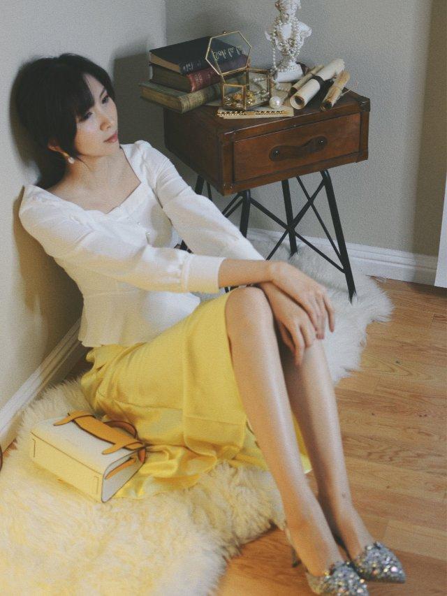 淡黄的长裙 蓬松的头发🤣