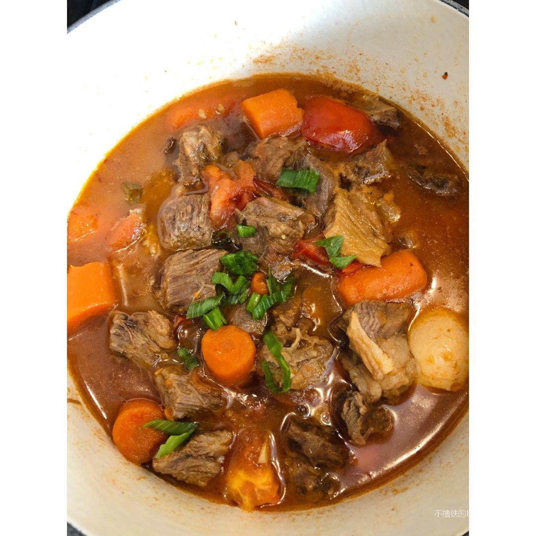 做番茄胡萝卜牛腩煲,米饭要多煮哦