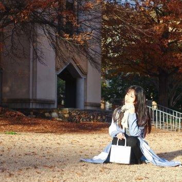 秋天拍照真幸福☺️金黄色的一片💛  我们学校🏫真的拍照...