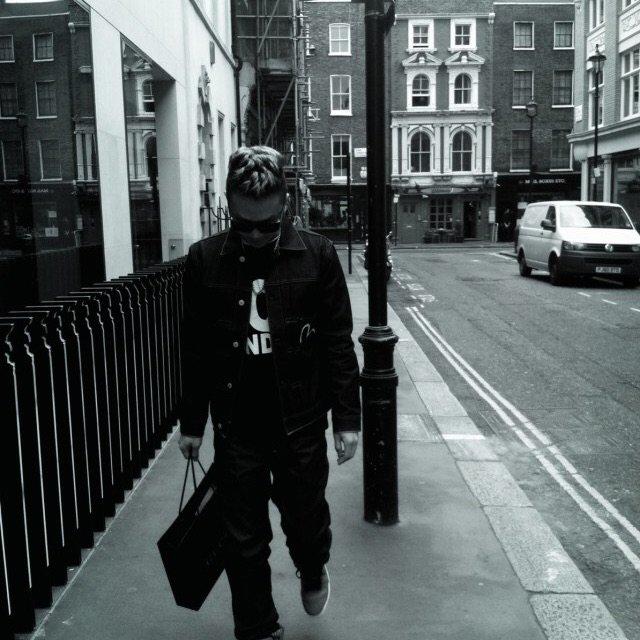喜欢简单的搭配靠气场撑起衣服 伦敦...