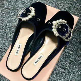 miumiu珍珠扣丝绒拖鞋 太美了吧!...