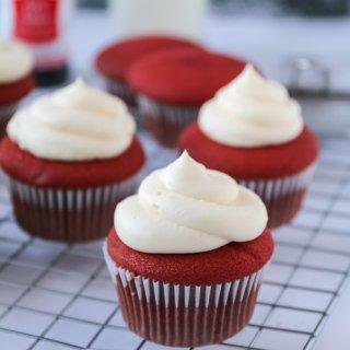 红丝绒杯子蛋糕|美味配方的秘诀...
