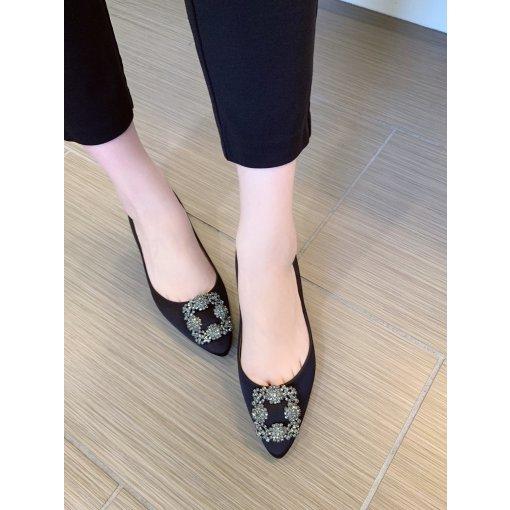 Manolo Blahnik 黑色缎面平底鞋