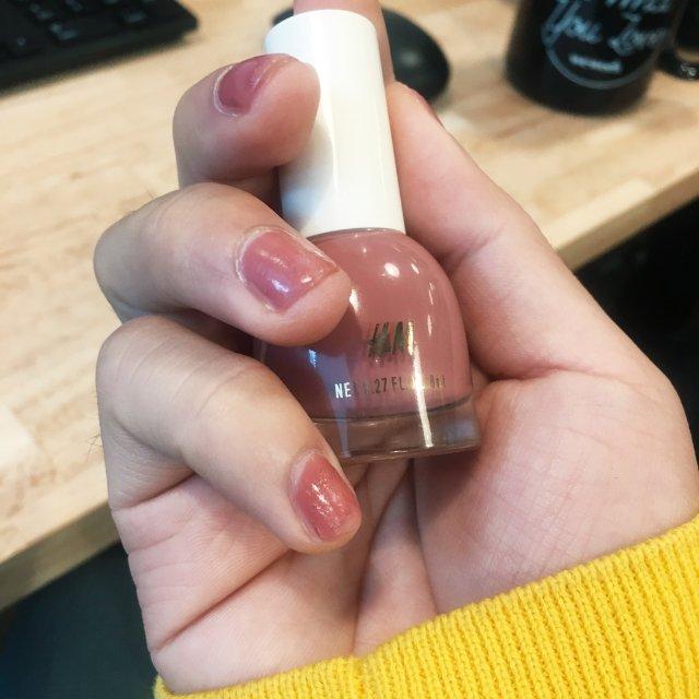 很喜欢这个HM的指甲油 💅 颜色超...