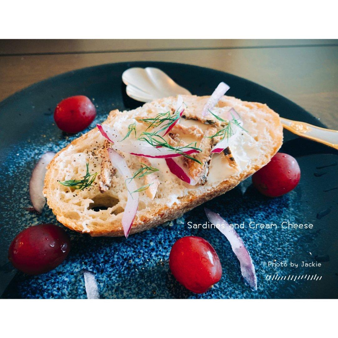 【夏季轻食】黑麦面包上的沙丁鱼和奶油奶酪