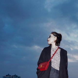 黑色大衣让这个秋冬时髦的毫不费力