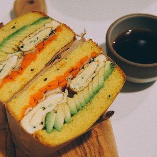 早餐吃什么,三明治,早餐不重样,胡萝卜牛油果厚蛋烧三明治