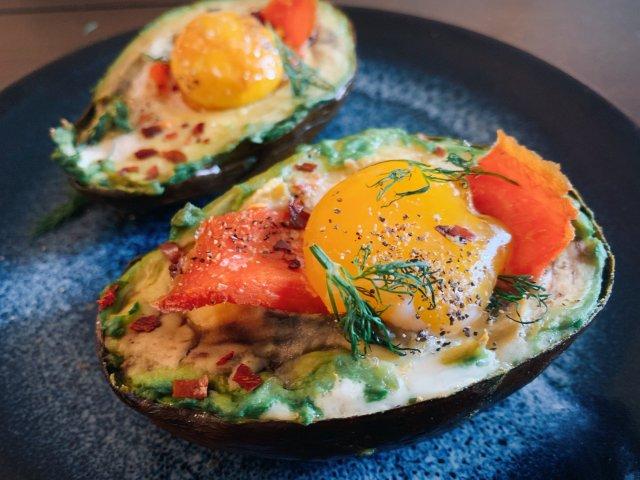 练氏小厨房|色泽明艳的牛油果三文烤鸡蛋