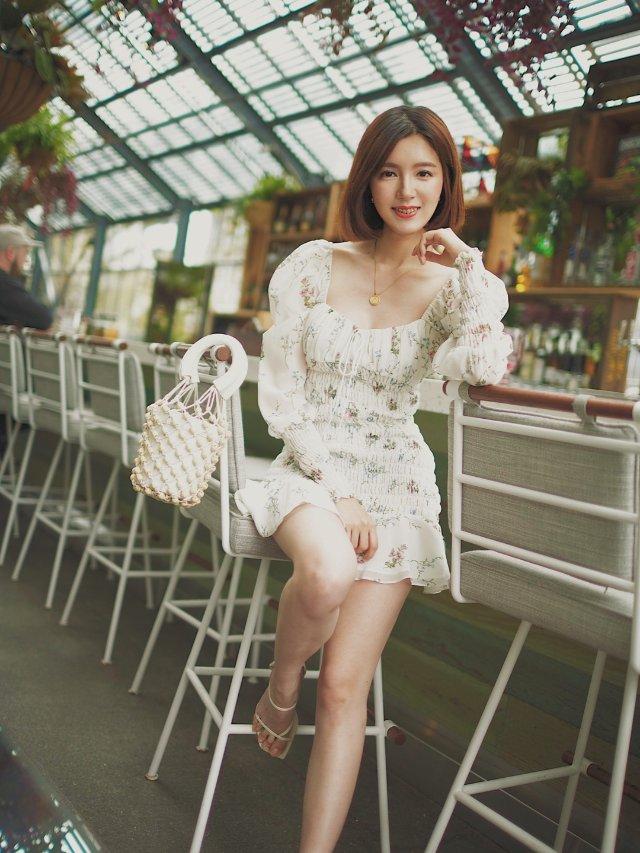 ✈度假穿搭| 绿植玻璃房里的仙女裙...