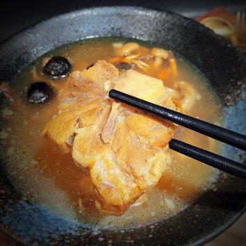 冬天我喜欢煲上一大锅热汤暖暖身子。今晚煲了一锅菌菇牛尾...