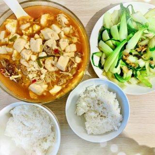 肥牛金针菇豆腐,炒青菜