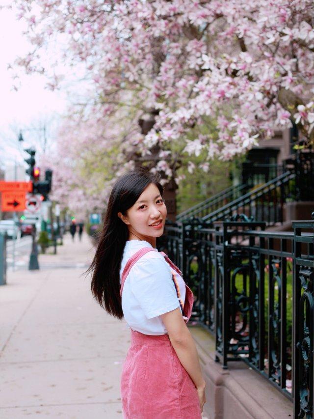 樱花配干枯玫瑰色背带裙,穿上就是整...