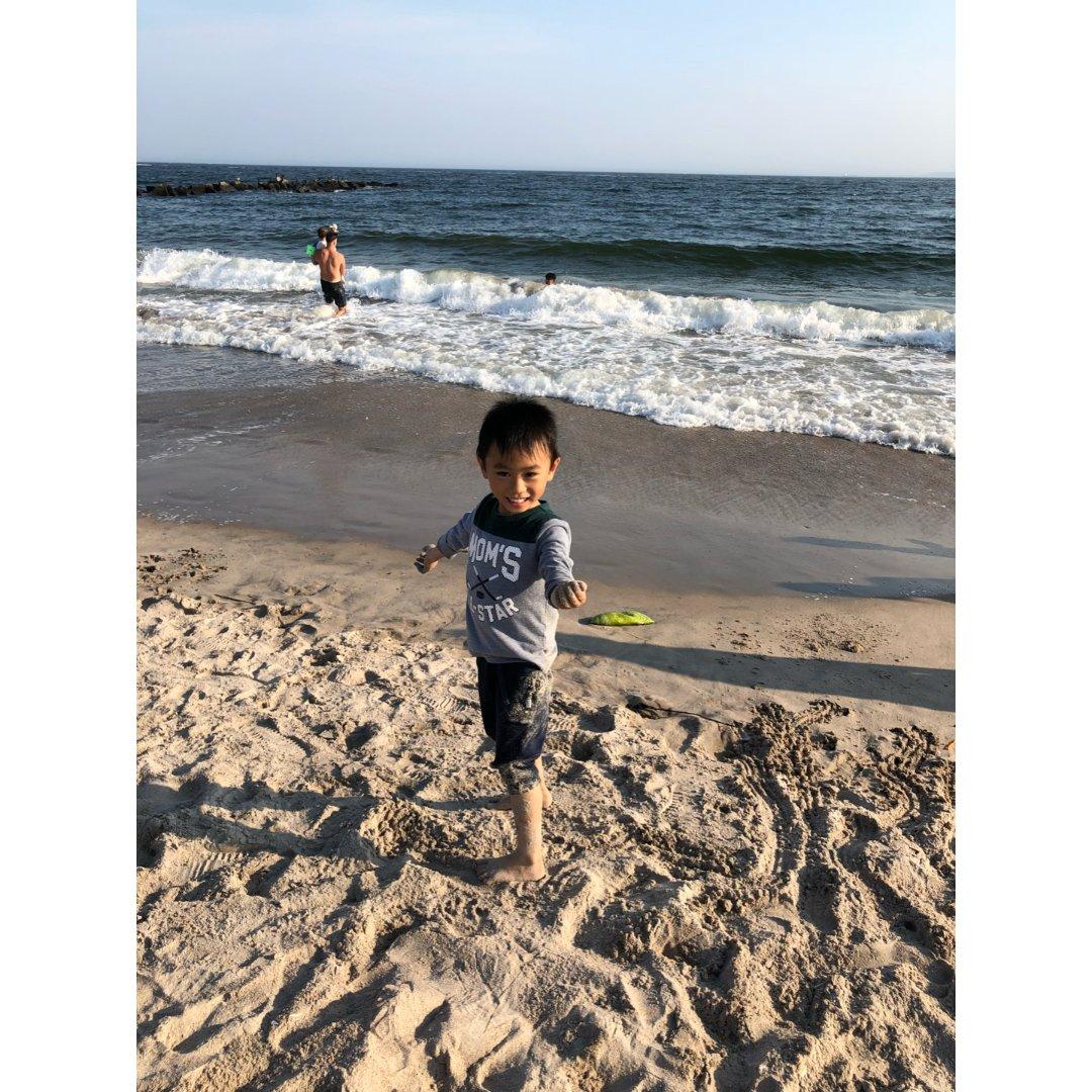 喜欢玩沙的哥哥