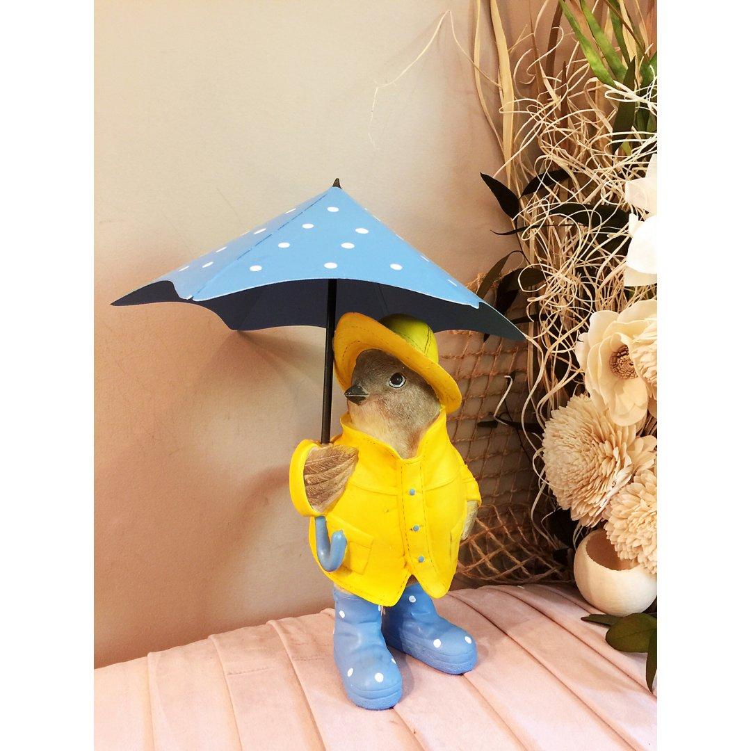 撑着雨伞的小鸟