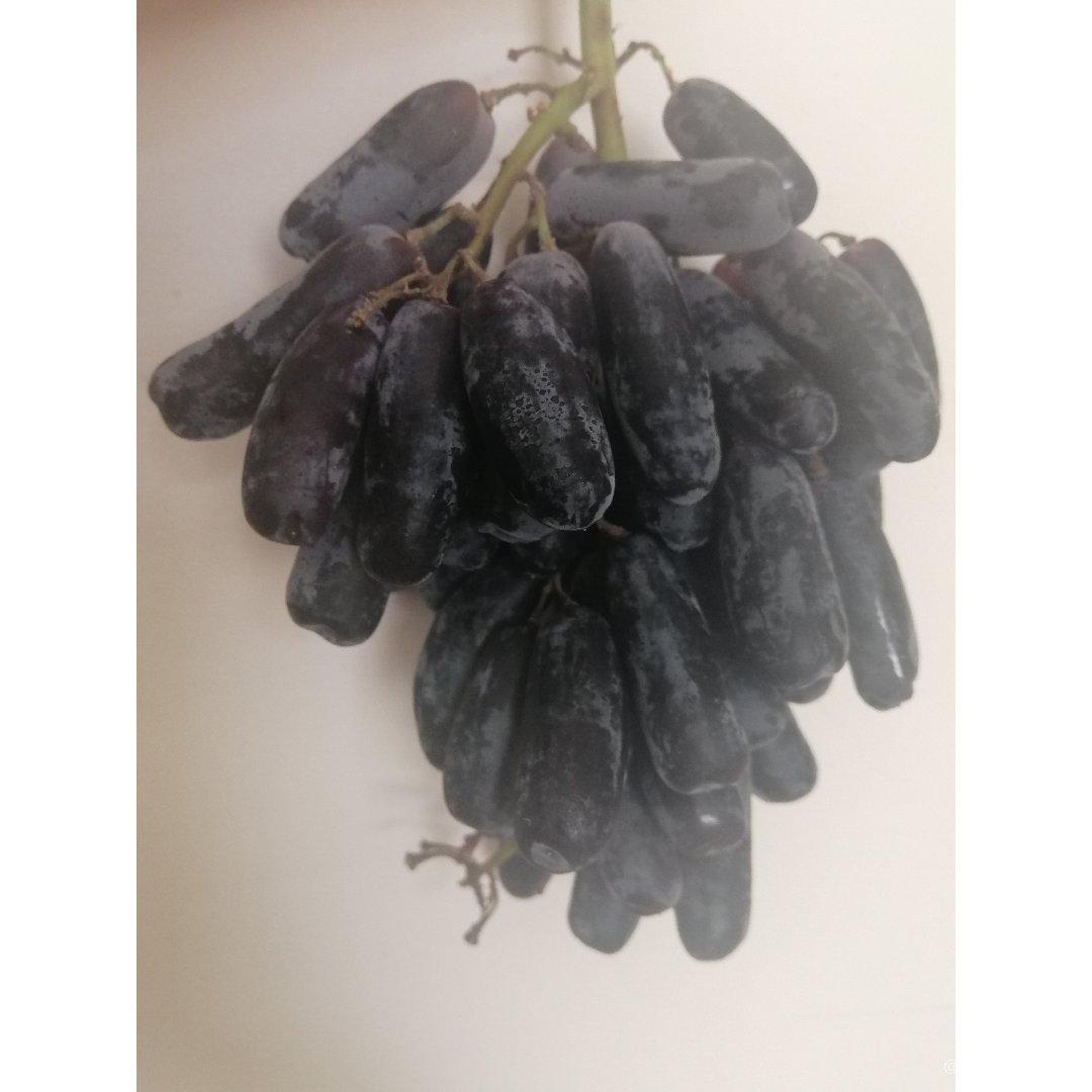 好甜的长形黑葡萄...☺...