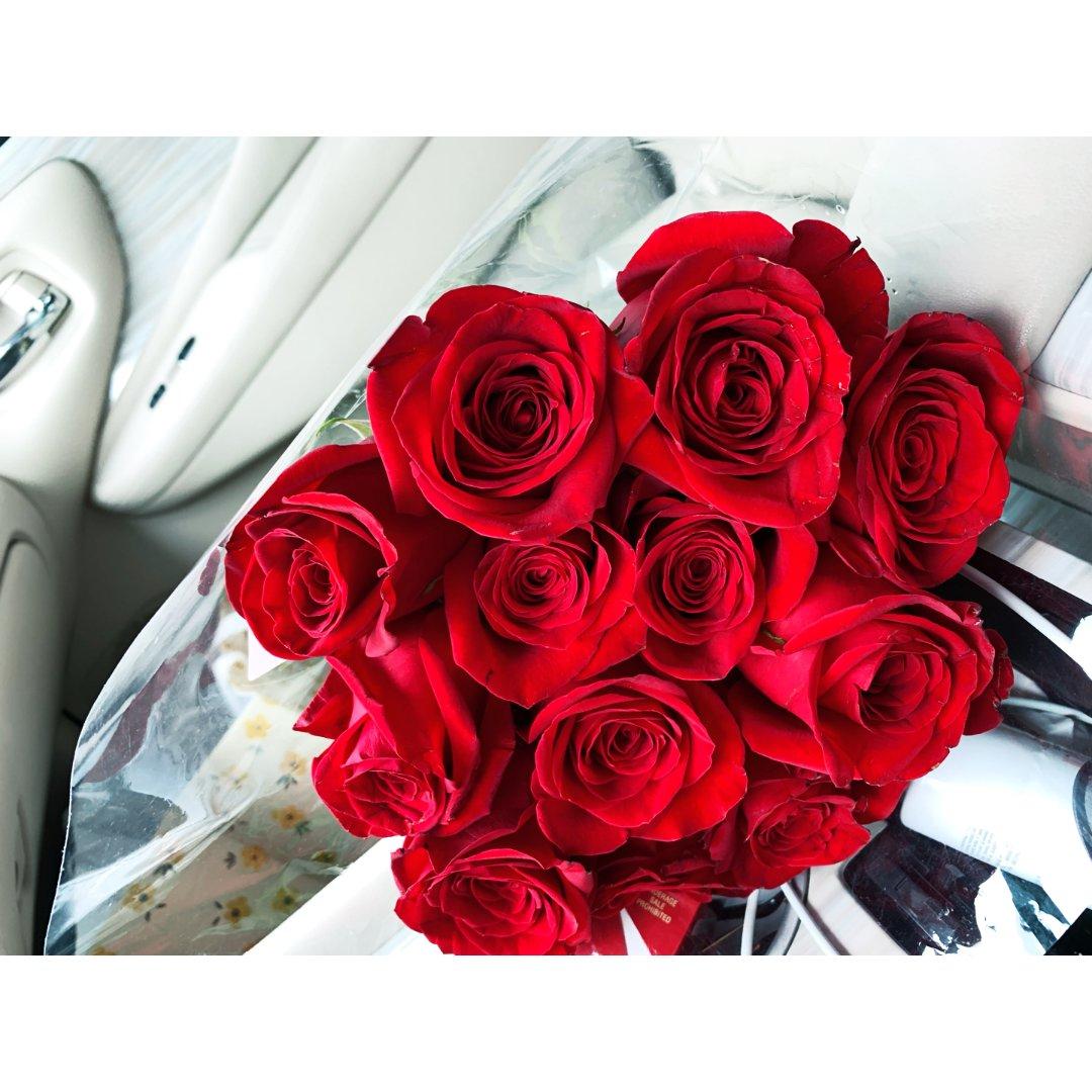 被爱的人撑伞的样子都像捧着一束玫瑰花