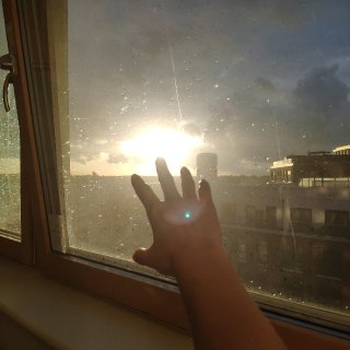 坐在窗边迎接每一个日落...