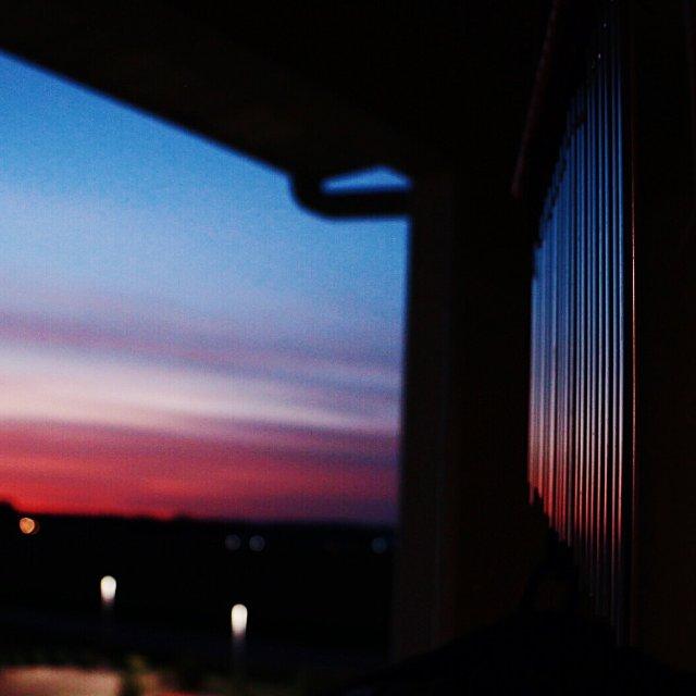 阳台上的藤椅和风铃