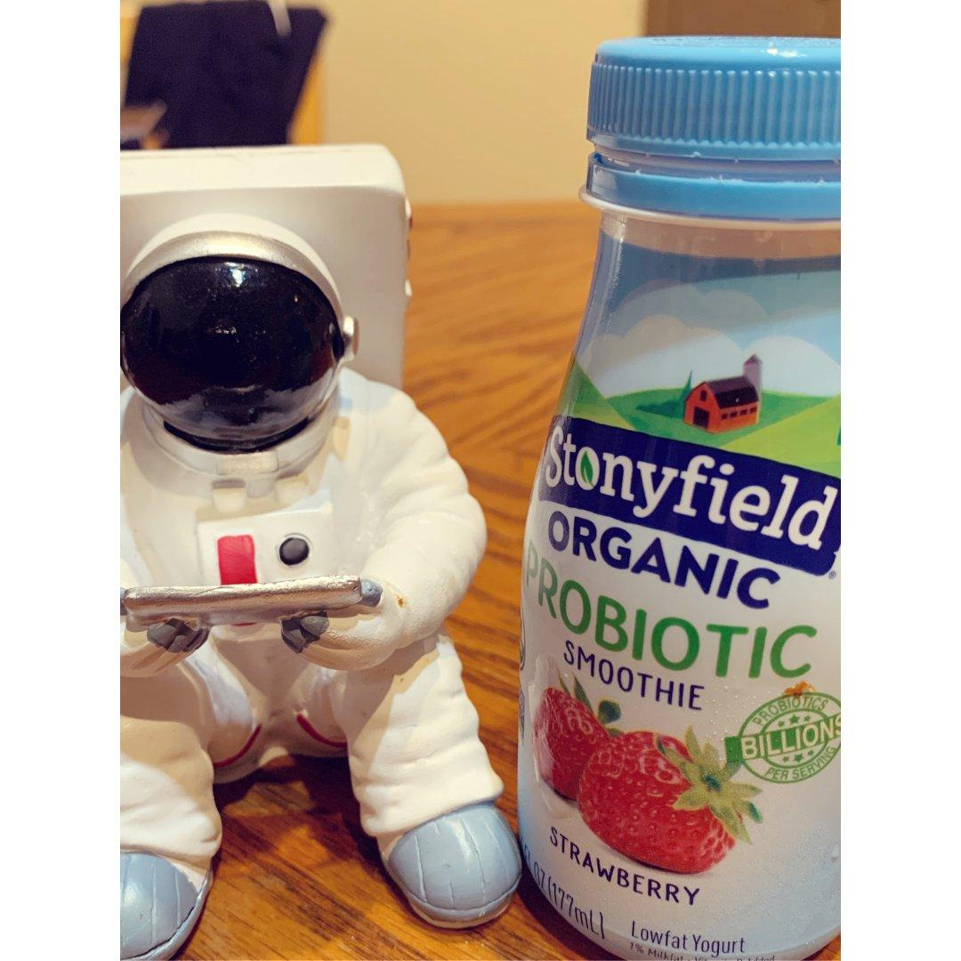 宇航员研究一下酸奶