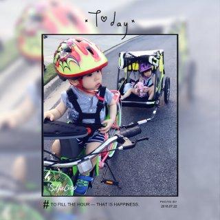 骑着自行车🚲带着大宝小宝一起兜风😘...