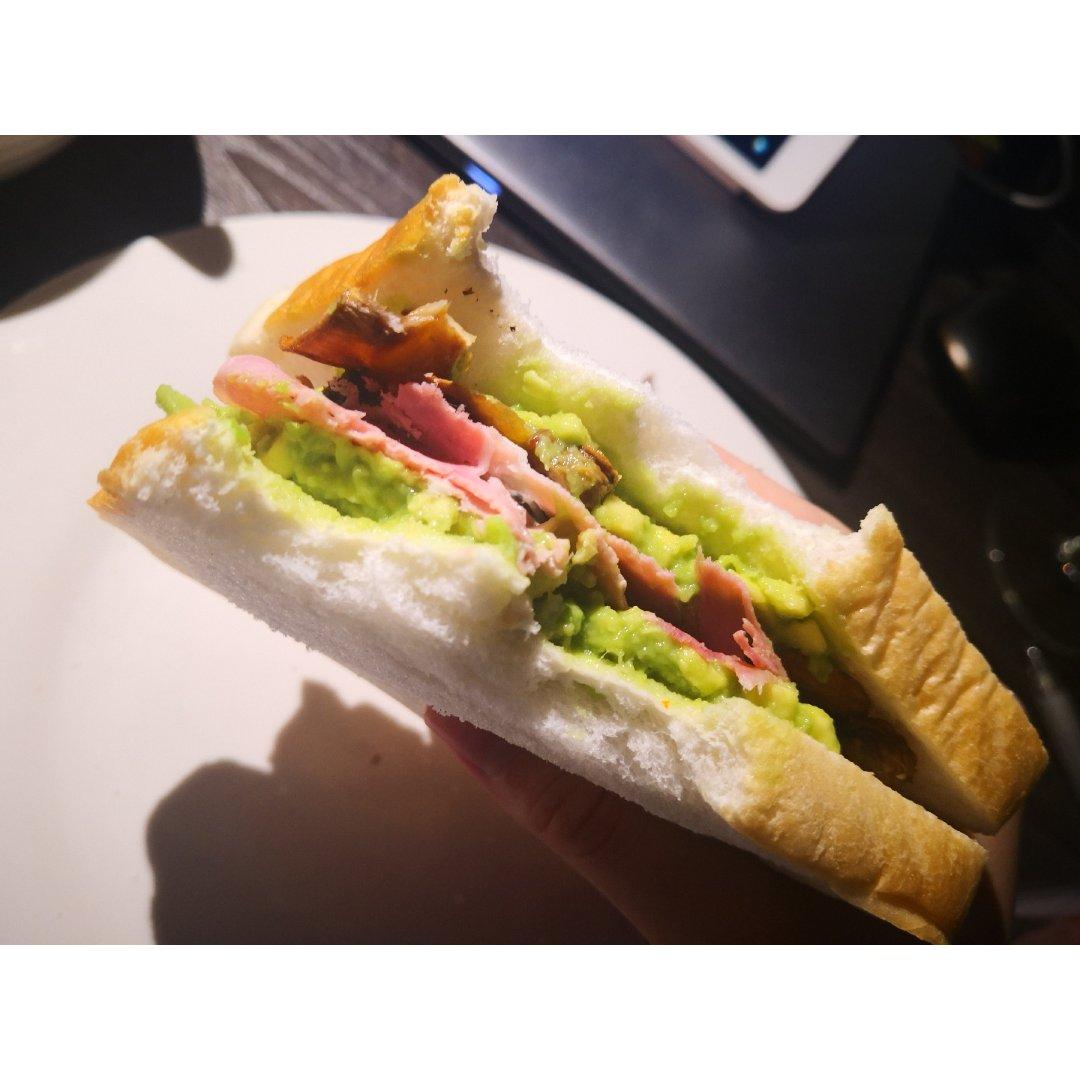 夜宵早餐都合适的,鲜虾牛油果牛肉三明治...