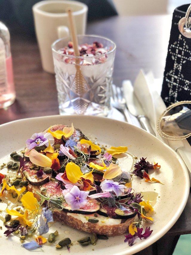 最美下午茶|摆满花瓣的无花果吐司🌺
