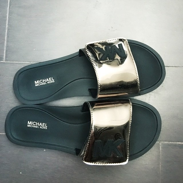 #逛街穿什么# 推荐MK的这双拖鞋...