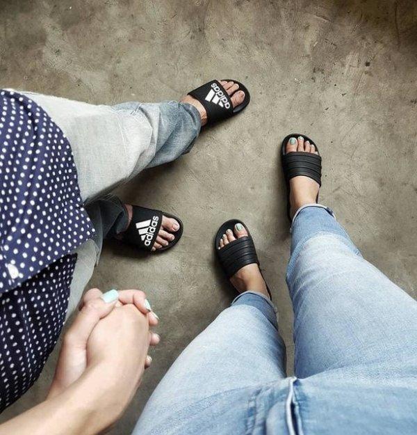Adilette 男女同款拖鞋
