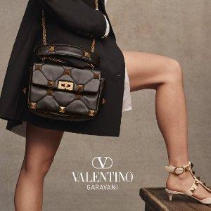 低至5折 封面款参加Valentino 时尚专场,经典铆钉平底鞋$398起,卡包$100+