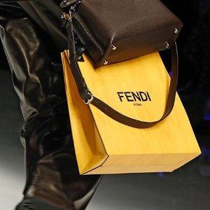 低至4.4 折 £222收老花平底鞋折扣升级:Fendi 全场参与折扣 收好折包包、服饰、鞋子
