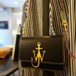 3折起 黑色船锚包€439JW Anderson 英国个性包包大促 船锚元素是秀场上最亮的星