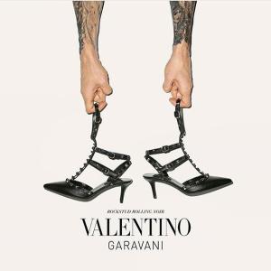 低至6折 logoT恤$384Valentino官网 年中大促 收女生都爱的铆钉鞋、好穿百搭小白鞋
