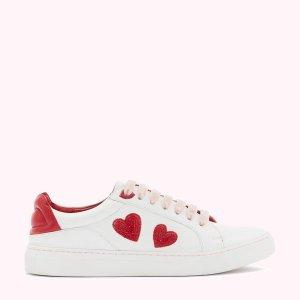 Lulu Guinness桃心红唇小白鞋