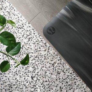 不溜边手感更舒服 部分实体上架新品预告:lululemon 3D瑜伽垫Take Form  比Reversible Mat更轻