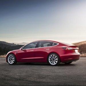 三周搭好生产线 马斯克发推庆祝Tesla 第一台双电机版model 3 正式下线