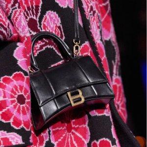 新品上市Balenciaga 美包热卖,限定粉色压纹款沙漏包、涂鸦机车包
