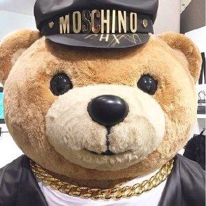 肖战同款百威联名款T恤上新 包税直邮中国Moschino 潮服正价7.8折热卖,小熊T ¥1300+