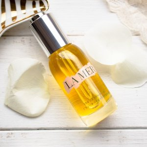 Select a deluxe sample from our collection of bestsellerswith THE RENEWAL OIL Purchase @ La Mer
